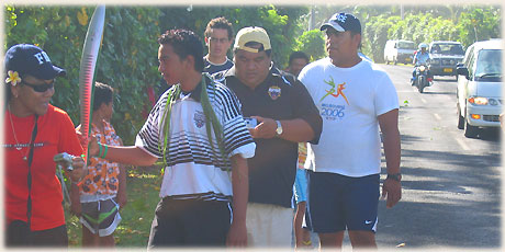 Another carrier in the Queen's Baton Relay in Rarotonga on 12 th January 2006 offered onlookers the chance to briefly touch theQueen´s baton
