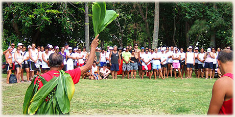 Local Chief Tangaroa Kainuku welcomes paddlers during official turou